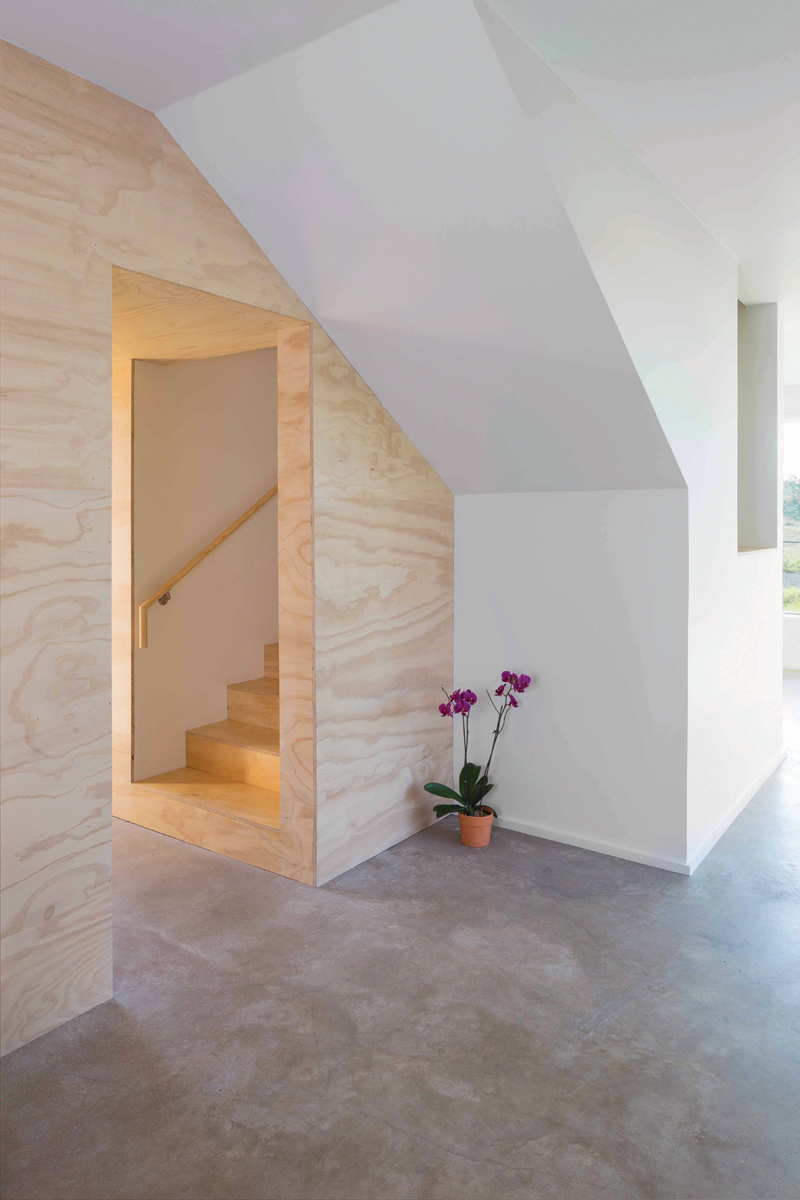 4_Interior_lower_stair_300