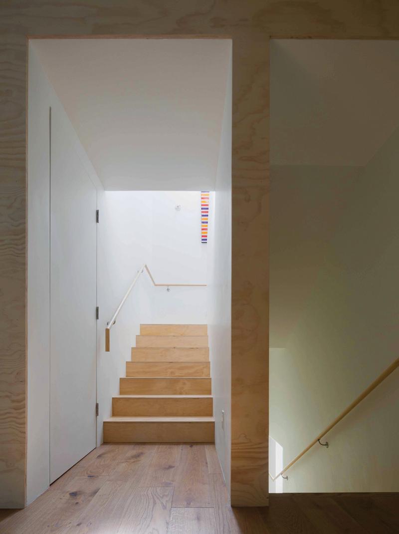 8_Interior_mid-stair